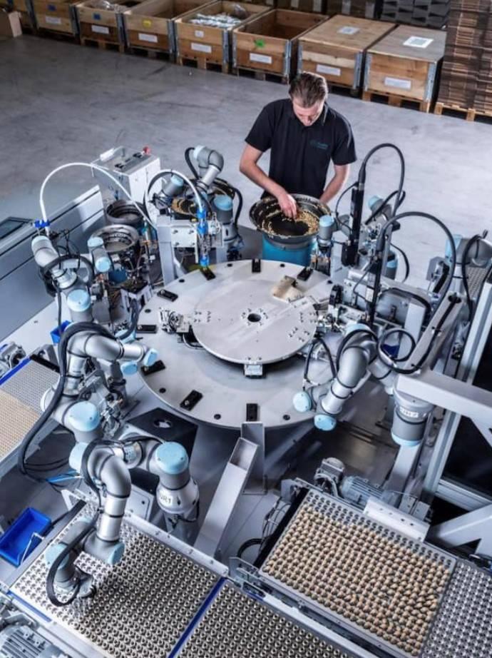 Assembly Fluidics with seven UR3-Cobots. Special machine construction.