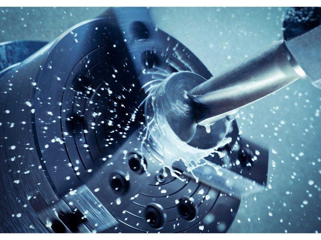 Close-up van CNC-Machine actief met verspanende gereedschappen