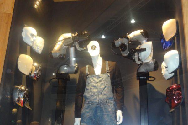 Cobots van Universal Robots die het productieproces van mannequins automatiseert