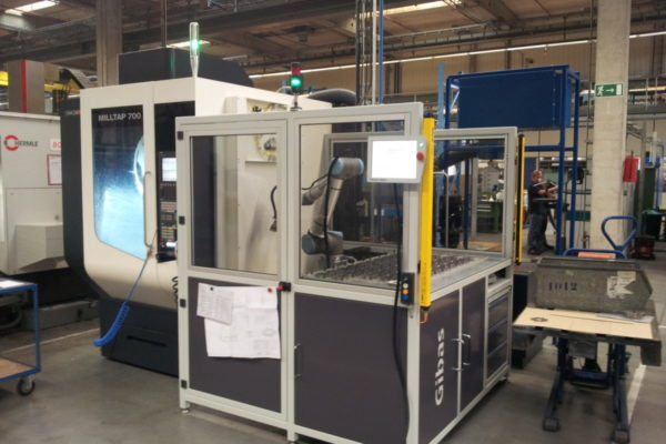 G-load van Gibas met een cobot van Universal Robots bij een CNC-machine om te automatiseren