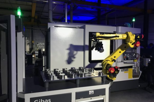 G-loader van Gibas met een robot die aan het werk is met een CNC-machine