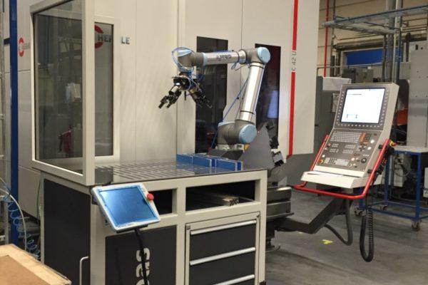 G-loader van Gibas met een cobot van Universal Robots bij een CNC-machine om te automatiseren
