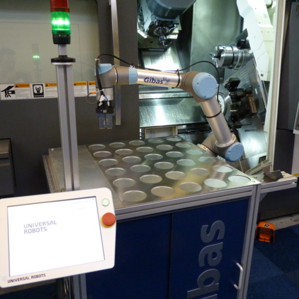 Universal Robot op G-loader bij CNC-Machine