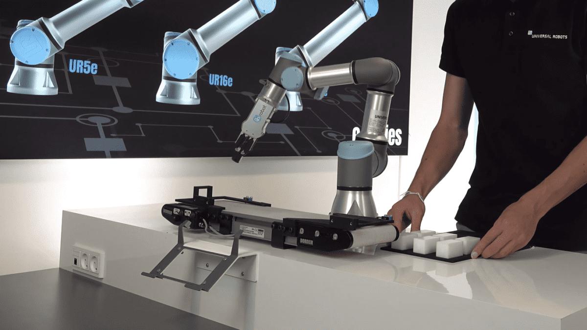 Universal Robot met een persoon die deze aan het bedienen is